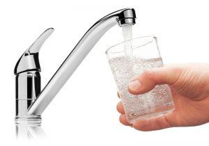 glass-water-faucet-pour